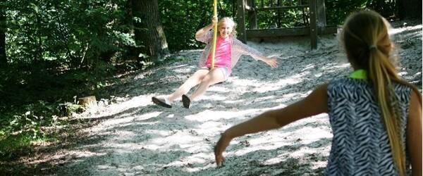 Kinderen roetsen met de kabelbaan