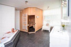 Ferienhaus eingerichtetes Badezimmer mit Badewanne