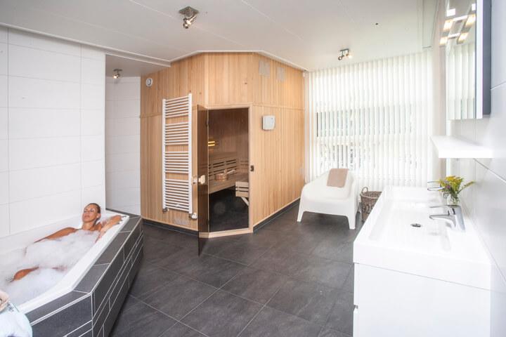 Grote badkamer met bubbelbad, sauna en regendouche