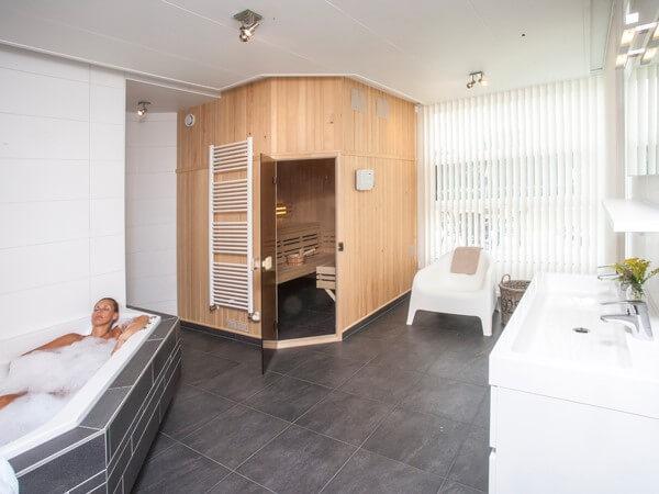 Ruime badkamer met sauna, bubbelbad en regendouche - Luxe Vakantie ...