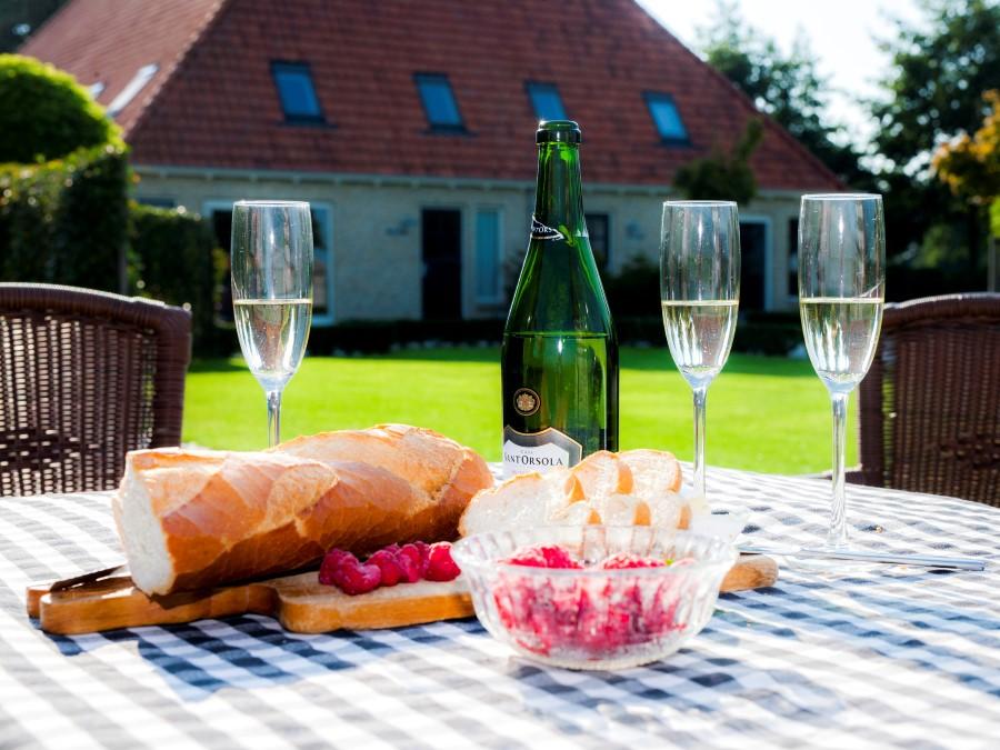 Champagne staat buiten op terrastafel