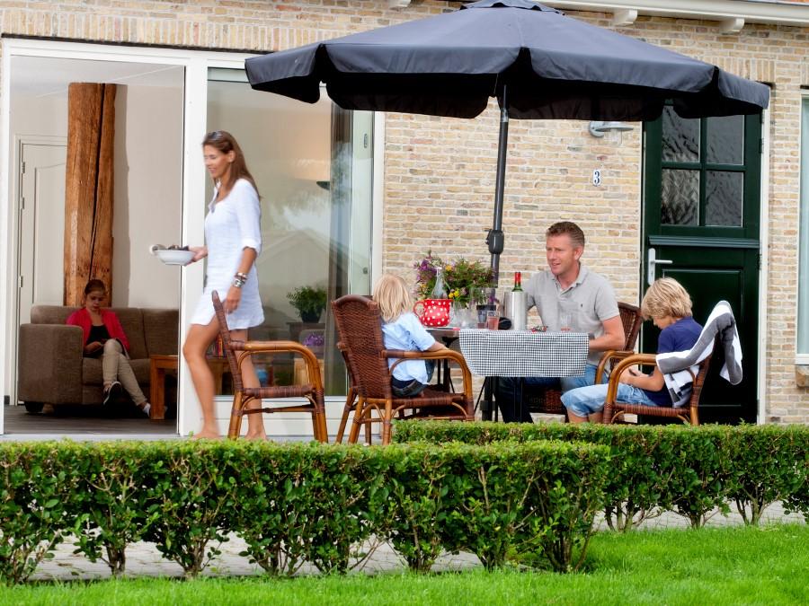 Ontbijten met familie op het terras