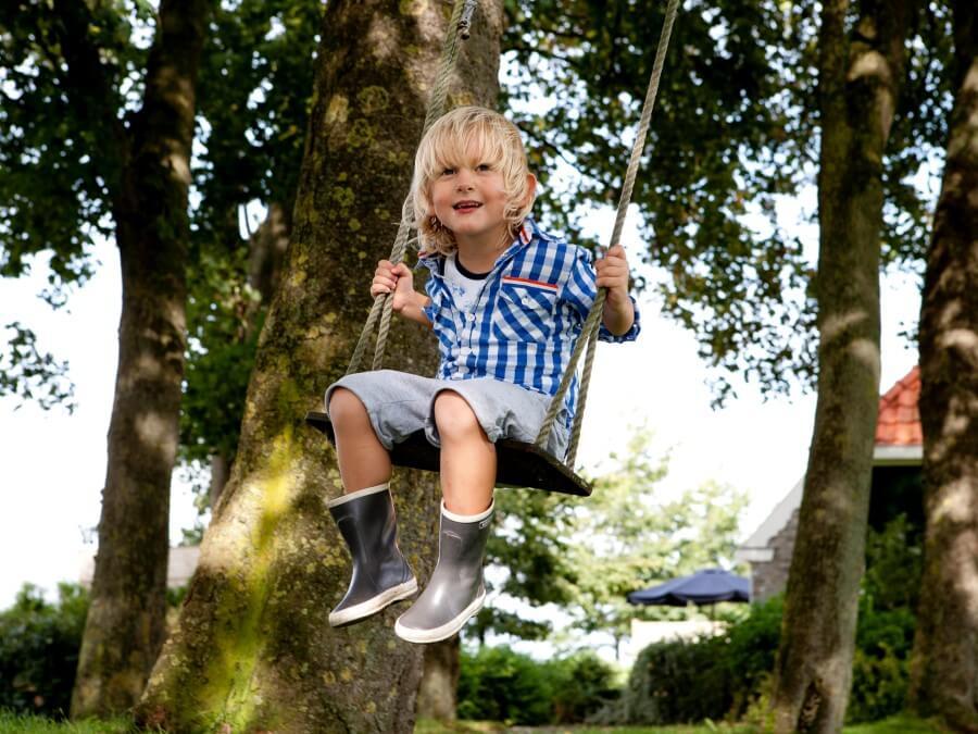 Schommelen op de boomschommel