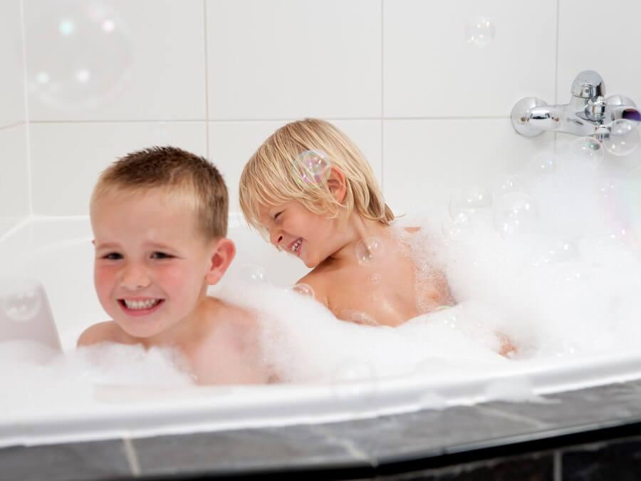 Kinderen genieten in de bubbels