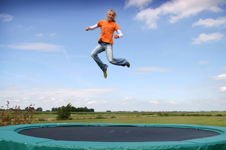 Springen op de trampoline